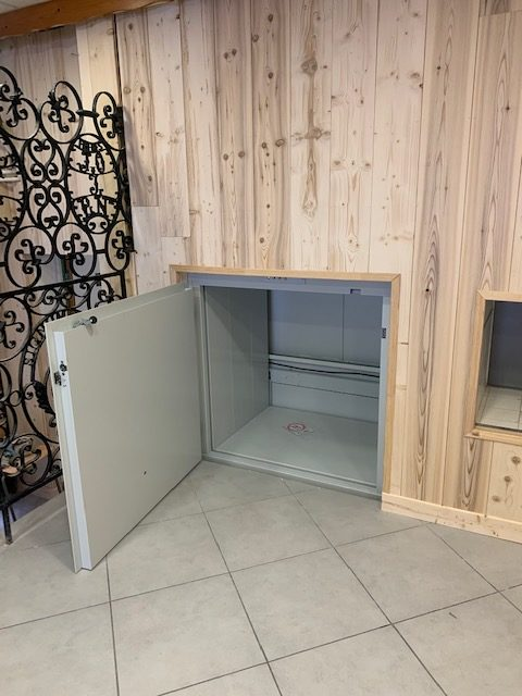 Installation d'un monte charge HIDRAL dans la cuisine d'une camp de vacances à LONGEVILLE MONT D'OR (25)
